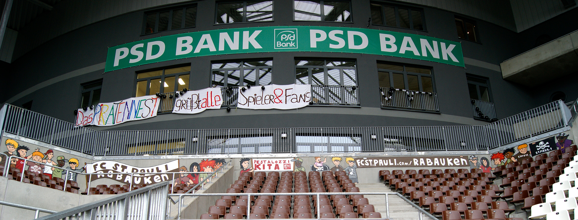 st pauli graffiti fassadengestaltung im fu ball stadion. Black Bedroom Furniture Sets. Home Design Ideas