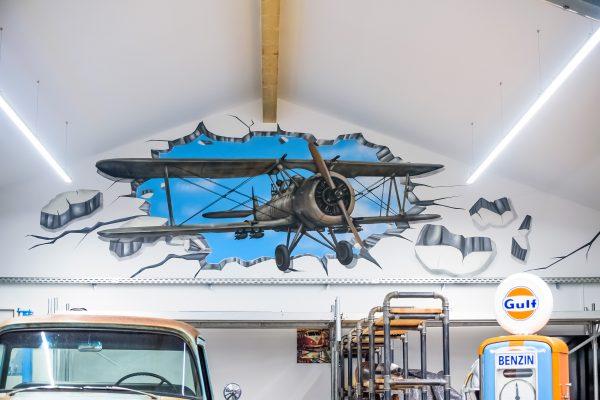 Flugzeug fliegt durch die Wand.